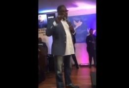 'Me desafiou publicamente': Pastor expulsa homem que foi ao culto vestido de mulher – VEJA VÍDEO