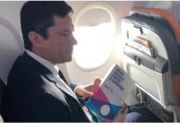 CLIQUE DO DIA: Sérgio Moro viaja ao encontro de Bolsonaro com livro sobre combate à corrupção