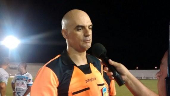 arbitro pablo santos 300x169 - Há 8 meses sem atuar, árbitros Renan Roberto e Pablo Alves deixam de constar no site da CBF