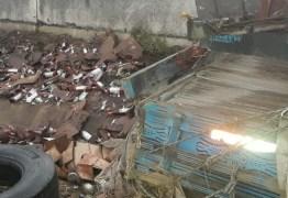Motorista 'se afoga' em carga de vinho após capotamento de caminhão em BR-101 na Paraíba