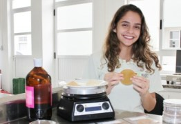 No ensino médio, jovem cria plástico com casca de maracujá e leva prêmios