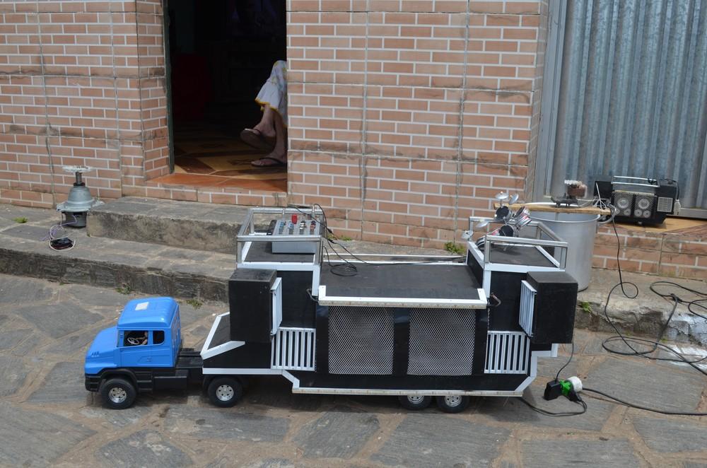 miniatura trio eletrico sandro - Após greve dos caminhoneiros, paraibano analfabeto cria moto movida a água