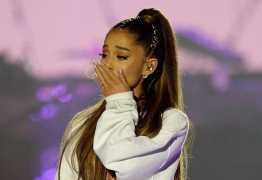 Após fim de noivado, Ariana Grande posa beijando garota