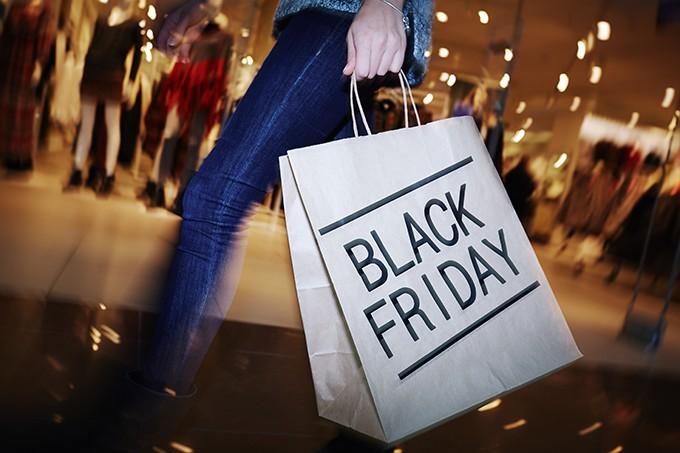 pessoa com sacola na black friday - Vai comprar na Black Friday? Conheça oito pegadinhas e saiba como evitá-las