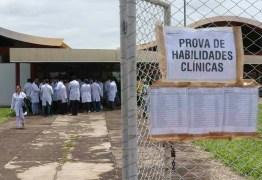 Médicos brasileiros com formação no exterior tentam validar diploma