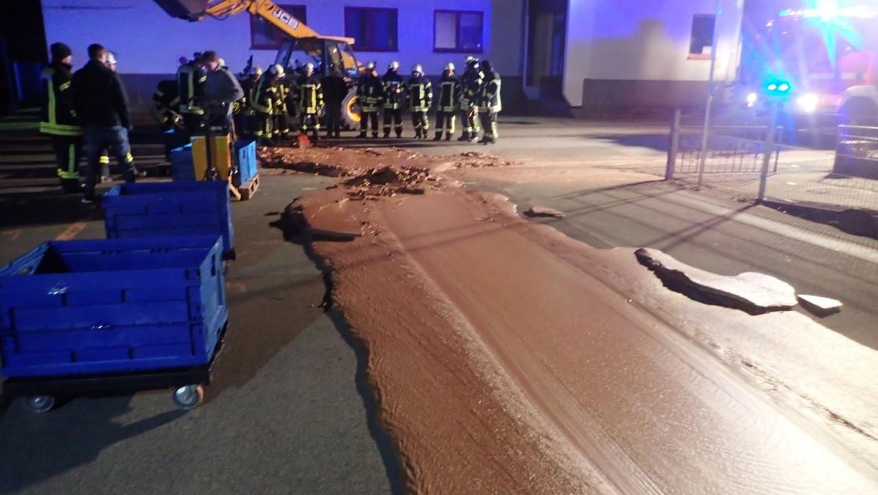 2018 12 12t005304z 660525391 rc12772d6070 rtrmadp 3 germany chocolate spill - Vazamento em fábrica deixa rua coberta de chocolate