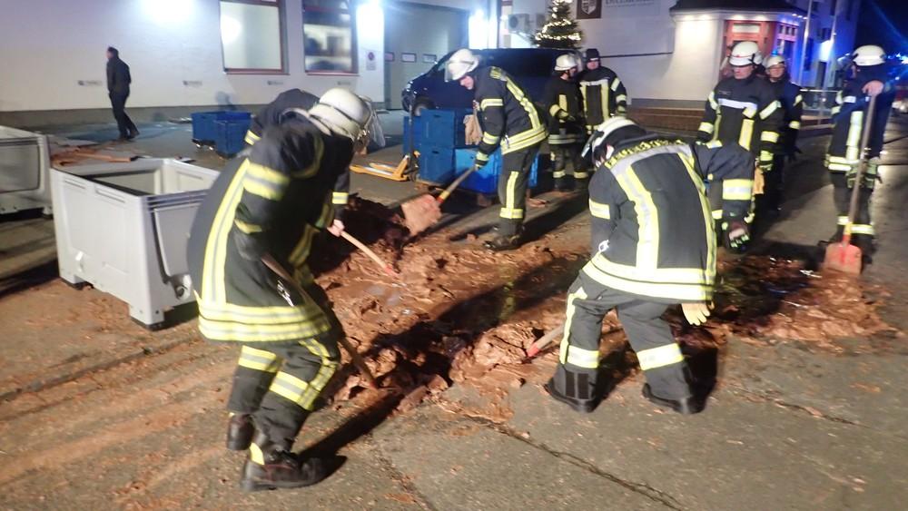 2018 12 12t005440z 1396453857 rc155b5f71b0 rtrmadp 3 germany chocolate spill - Vazamento em fábrica deixa rua coberta de chocolate