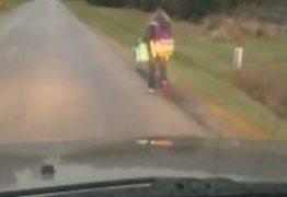 Pai faz filha caminhar 8 km para castigá-ca por ter praticado bullying
