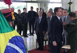 Bolsonaro recebe medalha do Exército por 'ato de bravura' em 1978 por salvar amigo de afogamento