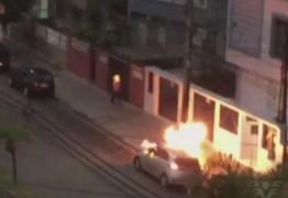 VEJA VÍDEO: Câmera flagra momento em que homem ateia fogo em morador de rua