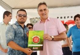 Luciano Cartaxo entrega posse de apartamentos a 288 famílias