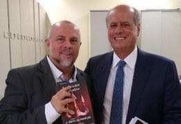 """O livro """"Fazendo o diabo – o diário da reeleição"""", do Professor Renato Carneiro, foi lançado e apresentado pelo Desembargador José Ricardo Porto"""