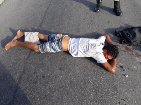 assaltante 300x225 - Assaltante é apedrejado e levado ao Trauma em estado grave após tentar assaltar ônibus