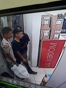 df642eaf c8ef 4263 ab8f 9365b408bb59 225x300 - VEJA VÍDEO: bandidos assaltam loja de eletrodomésticos nos Bancários e são presos pela polícia