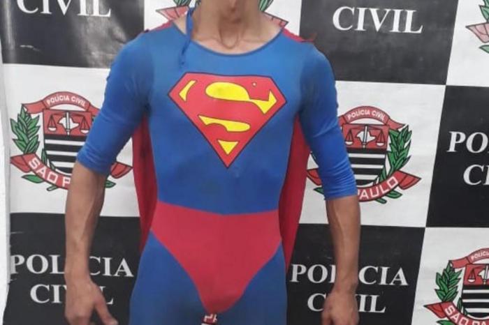 fantasia - Procurado por tráfico de drogas é preso fantasiado de Superman
