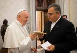 Papa Francisco recebe livro de paraibano sobre história de Dom Marcelo Cavalheira