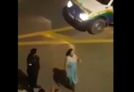 VEJA VÍDEO: PM agride mulher gestante; ela cai no chão e dá à luz