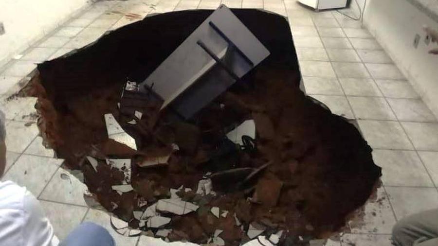 Chão de escola pública se abre e cratera impede que alunos terminem ano letivo