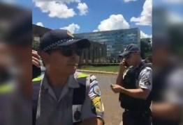 """Blogueiro e trompetista """"Lula livre"""" são levados ao DP após protesto contra Macri e Bolsonaro"""