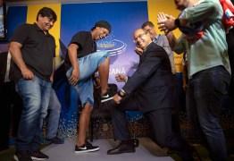 Com passaporte apreendido, Ronaldinho é chamado de herói por governador do Rio