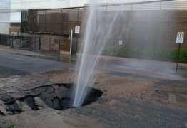 Jato de água jorra e asfalto cede por trás do Shopping Tambiá