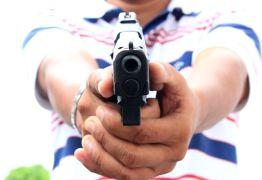 VEJA VÍDEO: Bandidos invadem farmácia, rendem funcionário e roubam dinheiro do caixa