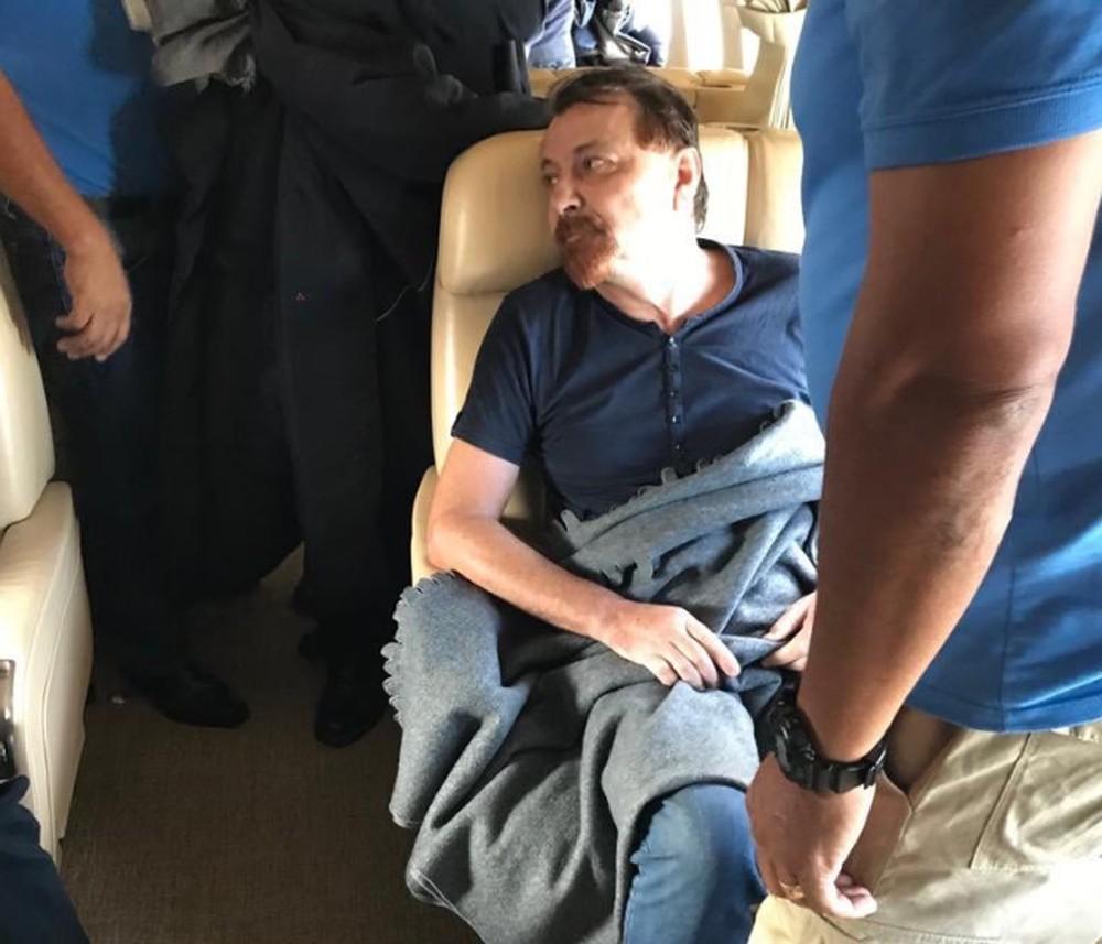 battisti aviao 2 - Ministro italiano divulga fotos de Cesare Battisti preso em avião