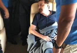Ministro italiano divulga fotos de Cesare Battisti preso em avião