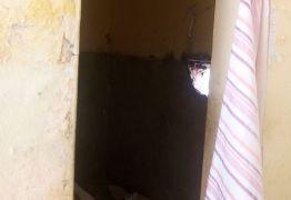 Três detentos fogem de cadeia por buraco que era escondido com toalha