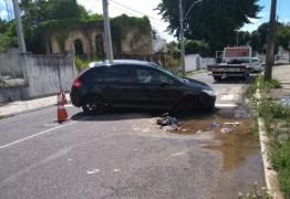Carro cai em buraco aberto por vazamento de água, em João Pessoa
