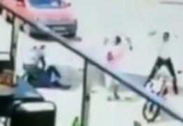 VEJA VÍDEO: Câmera flagra quando mototaxista é atacado e baleado em frente de shopping na Paraíba