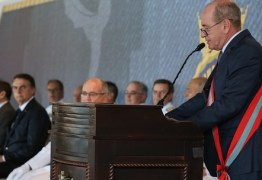 Ministro vira piada ao aparecer em foto oficial com dois pés esquerdos