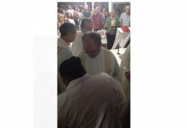 CONFIRA IMAGENS: Padres afastados da Igreja após investigação sobre abuso sexual aparecem em vídeo durante celebração