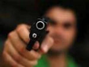 pessoa armada 300x225 - Ex-presidiário é assassinado a tiros no Terminal Rodoviário