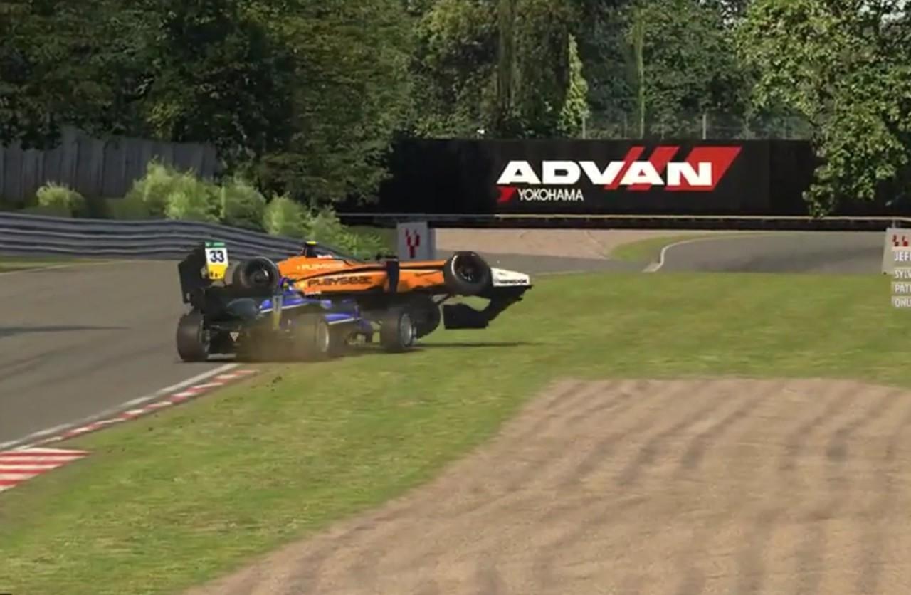 Após ser atrapalhado durante treino em simulador, piloto da Fórmula 1 joga carro sobre rival