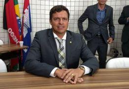 Vítor Hugo é empossado prefeito interino e mesa diretora é eleita em Cabedelo