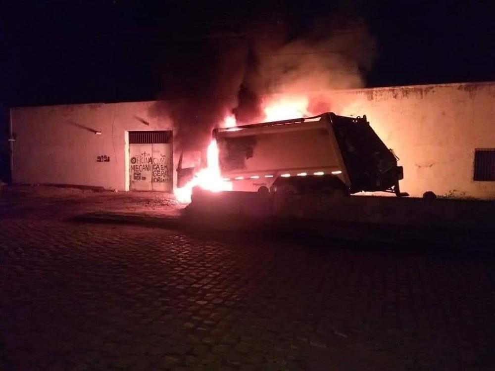 whatsapp image 2019 01 21 at 06.45.37 - ATAQUES EM SÉRIE: Caminhão de lixo e ônibus são incendiados por criminosos no Ceará