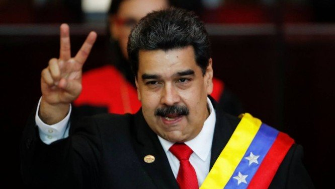 x80578472 Venezuelan President Nicolas Maduro gestures after receiving the presidential sash duri.jpg.pagespeed.ic .F55I1pTHEu - Cada vez mais isolado, Maduro assume segundo mandato e chama Bolsonaro de 'fascista'