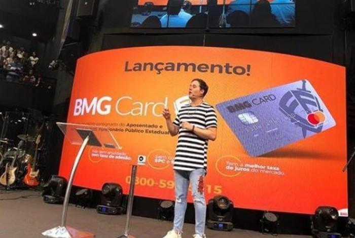 1 capturar 9756510 - Pastor lança cartão de crédito no culto e causa revolta na Internet
