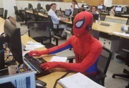 DESPEDIDA: Em seu último dia no trabalho, bancário de SP vai vestido como Homem-Aranha