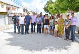 Prefeito visita ruas do Valentina que receberam obras do 'Mais Pavimentação'