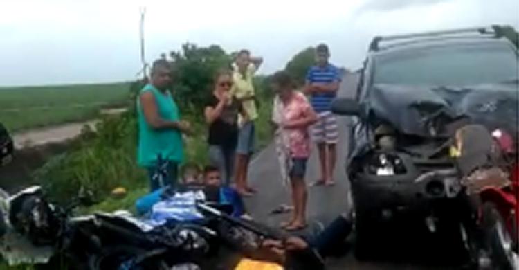 acidente 1 - IMAGENS FORTES: acidente com carro, ônibus e quatro motos deixa cinco feridos - VEJA VÍDEO