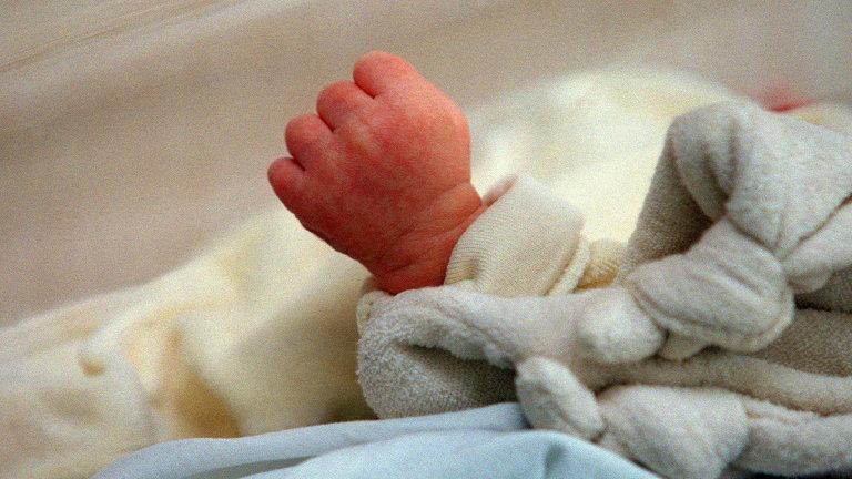 bebe mao 1 - Mãe arremessa bebê recém-nascida do 10º andar de prédio