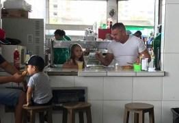 Na feira da Prata, Julian Lemos repassa para filhos herança cultural que herdou dos pais