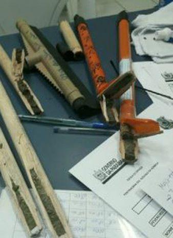 droga escondida em cabos de vassoura em joao pessoa 338x465 - Mulher é presa após ser flagrada tentando entrar no presídio com drogas escondidas
