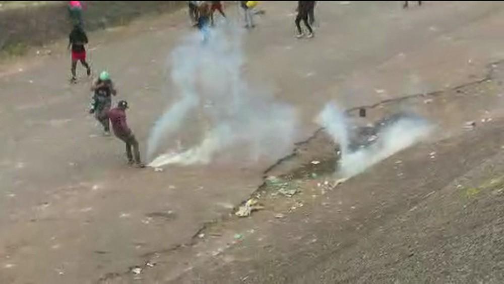 frame 00 00 04.040 - Manifestantes e militares venezuelanos entram em confronto novamente na fronteira com o Brasil