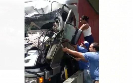 mulher21 300x188 - VEJA VÍDEO: Testemunha diz à polícia que viu passageiro pular do helicóptero na Rodovia Anhanguera