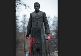 Ativistas derrubam estátua de padre acusado de pedofilia