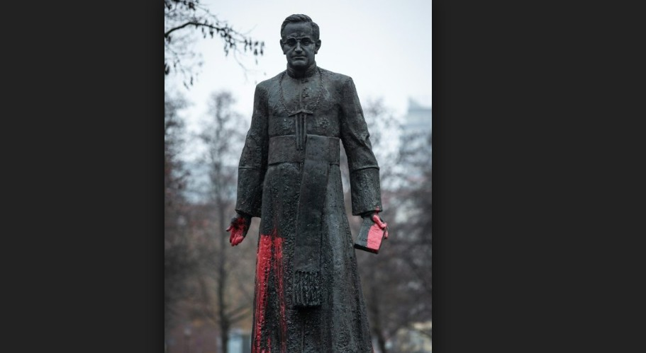 padre polones - Ativistas derrubam estátua de padre acusado de pedofilia