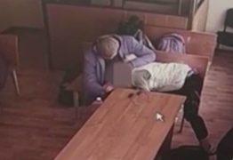 Mulher faz sexo oral em réu que esperava veredito da Justiça: VEJA VÍDEO